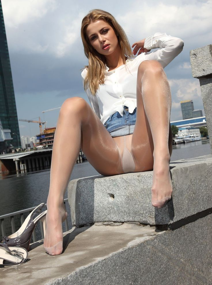 Three-legged pantyhose encasement