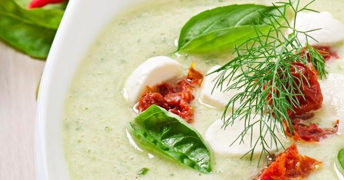 Recette de Soupe froide de concombre aux tomates séchées, basilic et mozzarella. Facile et rapide à réaliser, goûteuse et diététique.