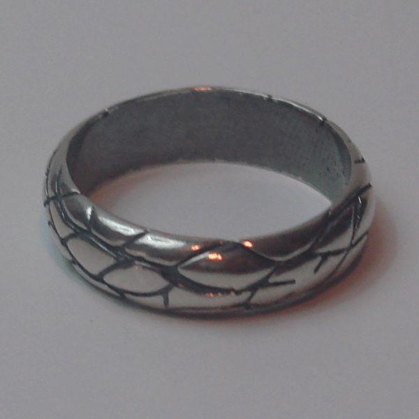 ANILLO TEXTURA PIEL DE SERPIENTE.Anillo de plata de ley con diseño de texturas oxidadas .Pieza unica de diseño platasari.
