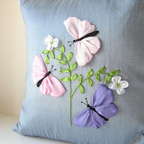 Mariposas bordado de cinta de seda de color pastel almohada