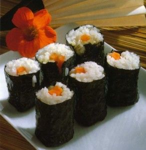 Com esta receita consegue conjugar o doce sabor do arroz para sushi com o inigualável sabor do salmão fumado.