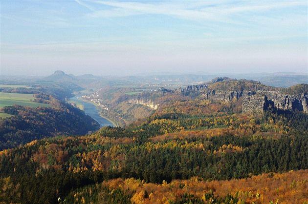 Nepřehlédnutelným krajinným symbolem Českosaského Švýcarska je stolová hora Velký Zschirnstein, ležící kousek za hranicí v Sasku. Viditelná v plné kráse je například z Pravčické brány. Přestože jde o nejvyšší vrchol Saského Švýcarska, turisté dávají přednost spíše jiným cílům.