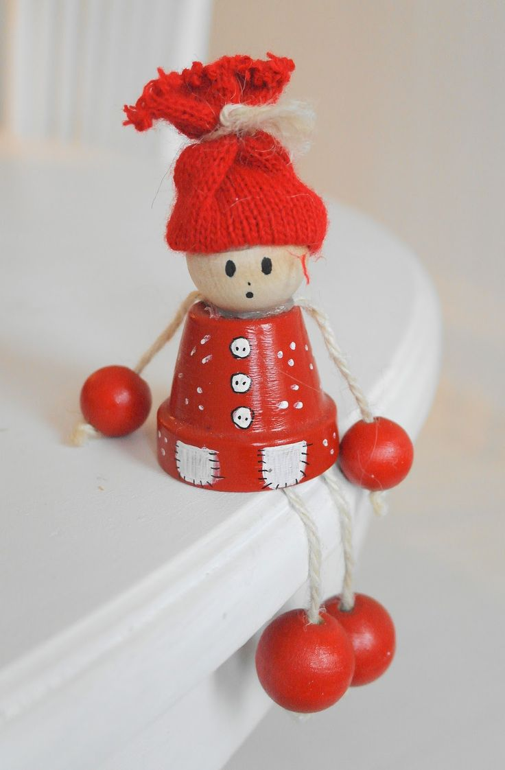 Cute, but is it a snowman, an elf, a pixie, maybe even Santa ... ? I'm not sure from this! (I might even use the peat pots that can be so cheap at $1 Store when we know, clarify!)
