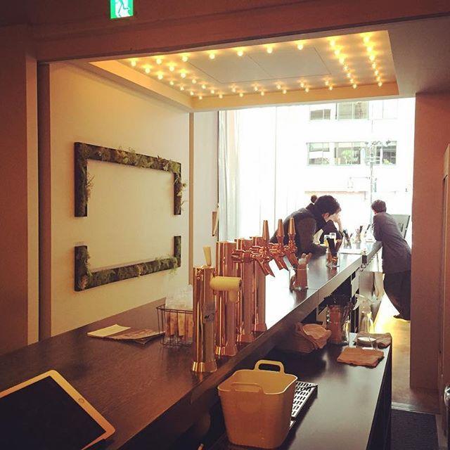 :  こんちには。  ・  ぽかぼか陽気になりました!!  ・  お客様も皆さん外のカウンターで飲まれてますね  ・  今夜もBridgeで乾杯!!  ⁑    #open #thebridge #bridge #bar #lounge #kuramae #asakusabashi #asakusa #tokyo #ny #nyc #beer #craftbeer #brooklynlager #wine #sake #蔵前 #浅草橋 #浅草 #スタンディングバー #立ち飲み #クラフトビール #ブルックリンラガー #ワイン #日本酒