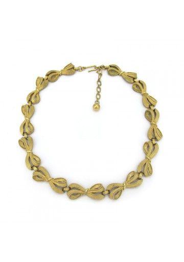 Questo girocollo corto della Trifari è un classico esempio di gioielli americani degli anni 60. Maglie a forma di fiocchi graziosi e trifanium dorato caratterizzano l'ornamento. Stato di conservazione è buono quindi il girocollo è adatto sia per collezione che da indossare  #vintagejewelry #trifari #vintagebigiotteria
