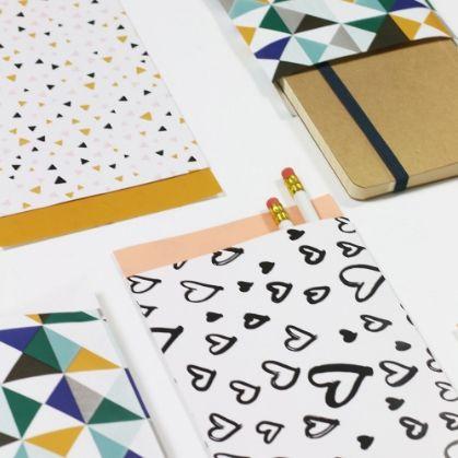 Papieren cadeau zakje Painted Hearts   28 x 31,5 cm