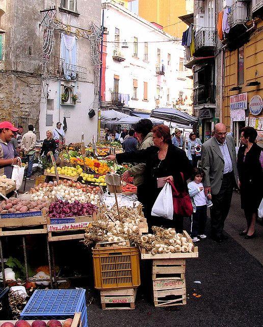 Frutta e verdura fresca ! Einkaufen auf einem italienischen Markt.