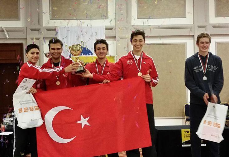 Yıldızlar Avrupa Cırcuit Turnuvası Erkek Kılıç Takım müsabakalarının finalinde Ukrayna'yı yenen milli eskrimcilerimiz şampiyonluğa imza atarak Türk Bayrağını dalgalandırdı.
