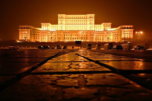 Imagine prin We Heart It #bucharest #city #lights #night #romania