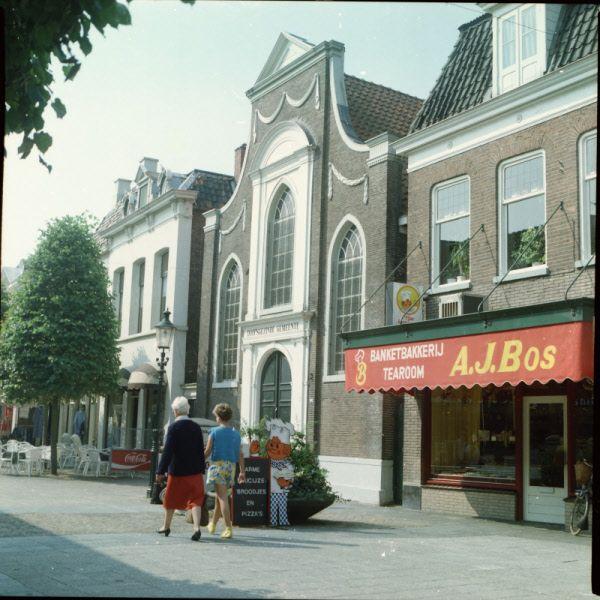 Grotestraat Noord Almelo met banketbakkerij Bos aan de rechterzijde.
