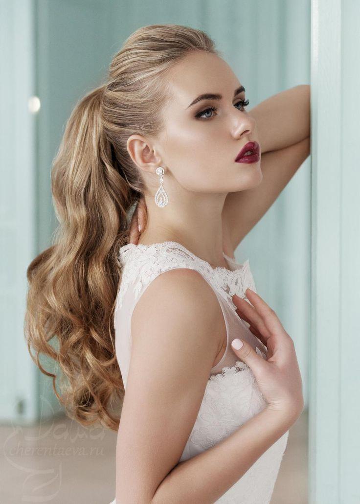 волнистые волосы, яркие губы винных оттенков, объемный хвост wedding bride make-up and hair ponytail