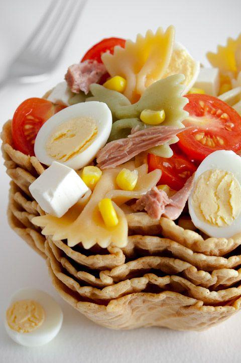 ENSALADA DE PASTA Y ATÚN    Lacitos de pasta  Daditos de queso fresco  Maíz cocido  Tomates cherry  Huevos de codorniz  Melva en conserva (o atún en conserva)  Sal
