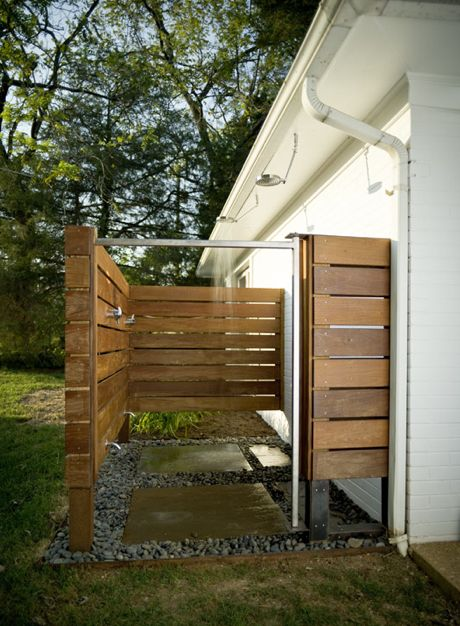 Great simple outdoor shower idea outdoor cottage for Outdoor pool bathroom ideas