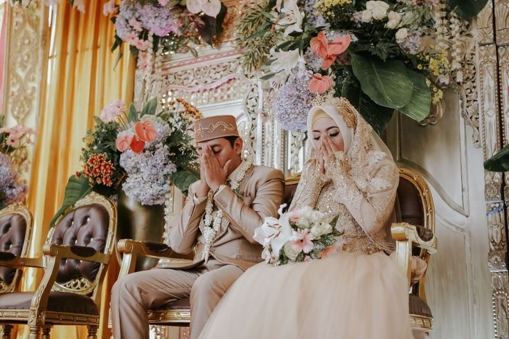 """478 Likes, 2 Comments - Laksmi Wedding Muslimah (@laksmimuslimah) on Instagram: """"Love is, connect with Him where ever you are. Allah SWT . photo by @jellymotion_id kebaya by…"""""""