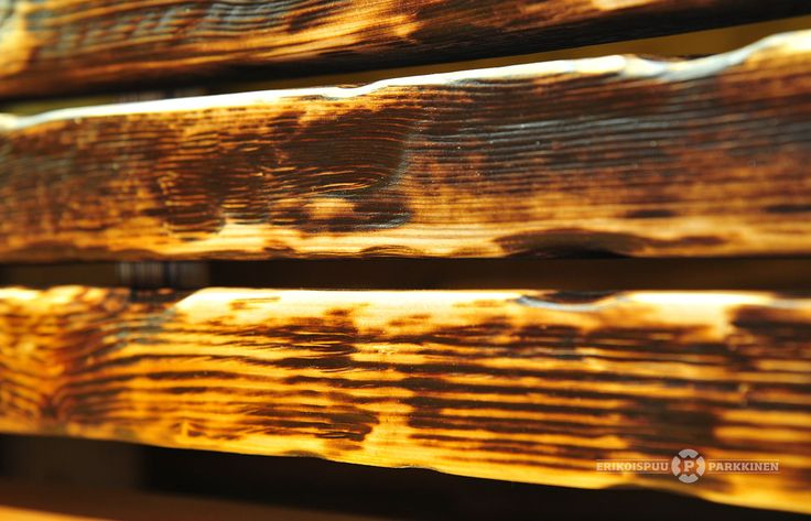 Kulutettua ja hiillytettyä puuta väliritilässä #sauna #lauteet #erikoispuuparkkinen #saunabenches
