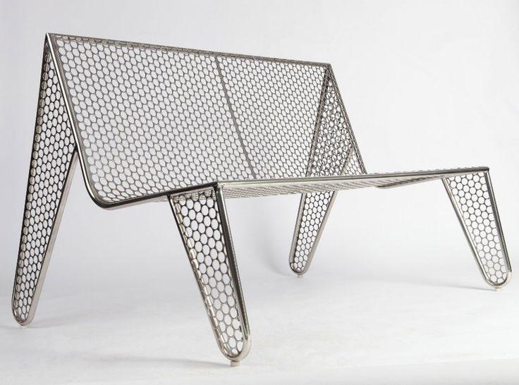 Mostra que tem móveis com design circular é inaugurada em SP. Sofá Moeda (2012), design Zanini de Zanine, de aço inox e chapa de aço inox descartada pela Casa da Moeda do Brasil.