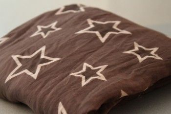 Tähtihuivi ruskea isoilla tähdillä. Hinta 20€