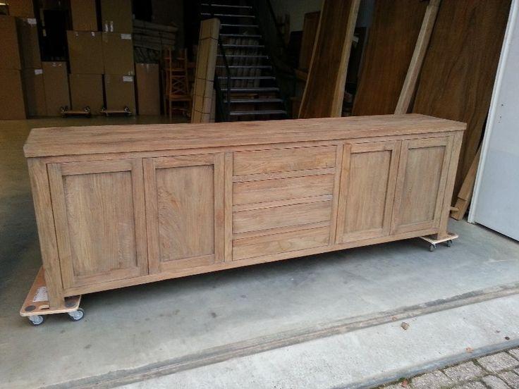 Grof Teak Dressoir met 4 greeploze laden en 4 greeploze deuren. Een strak dressoir afgewerkt in ruw teak hout.