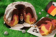 Ein klassischer Rührkuchen aus der Gugelhupfform in Deutschland-Farben