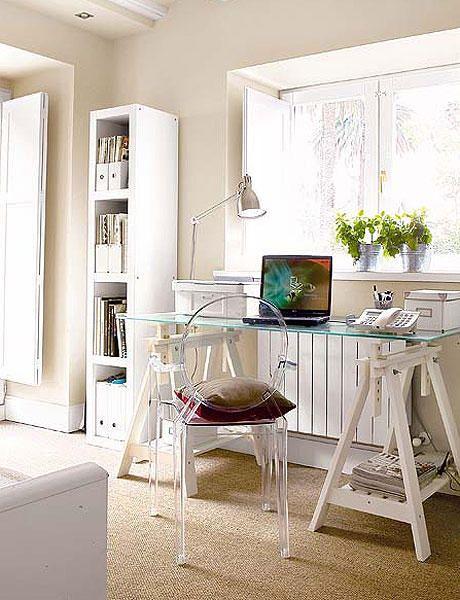 """Para mi habitación/despacho me atrae la idea de poner un escritorio de este estilo, placa de cristal con caballetes. Tenía pensado uno de la línea """"Vika Glasholm"""" de Ikea, por lo que un escritorio bastante grande podría salirme a un precio bastante económico (entre 40 y 70€).   Sin embargo, me da la impresión que un ordenador con torre no quedaría tan estético en una de estas mesas a causa del exceso de cables, así que es algo que temo que voy a tener que plantearme detenidamente."""
