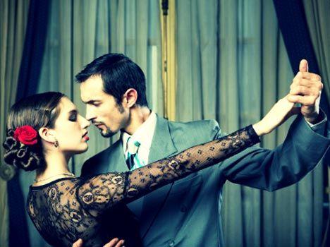 """Il tango può essere una sorta di """"Tango Terapia"""", utile per accendere la passione, entrare piu' in intimità con un uomo, creare un rapporto di coppia profondo basato sulla fiducia e sul rispetto.  Il Tango si caratterizza da musiche passionali e dalla figura dell'uomo che guida la donna nel ballo. I passi prevedono il contatto fisico a livello del petto, ed il gioco di sguardi.  Te lo consiglio se hai difficoltà a fidarti degli uomini e tendi ad essere fredda e distaccata nelle relazioni."""