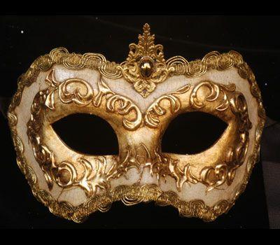 Maschera realizzata interamente a mano in cartapesta. Decorata con stucco, foglia d'oro ed impreziosita con la tecnica dello screpolato.