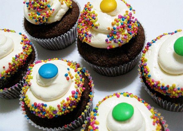 cupcackes de chocolate y confites coloridos