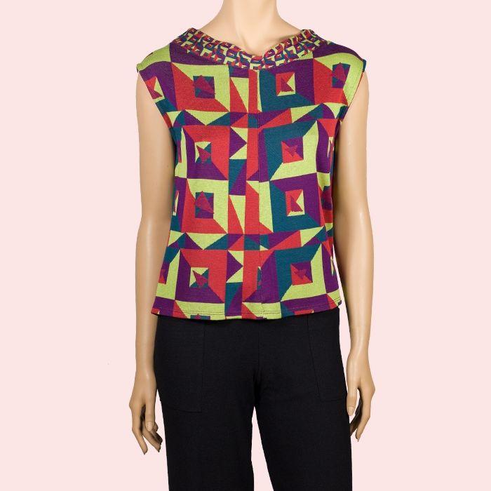Chaleco Tangram con formas geometricas de colores. #ModaCasual #InstintoBcn