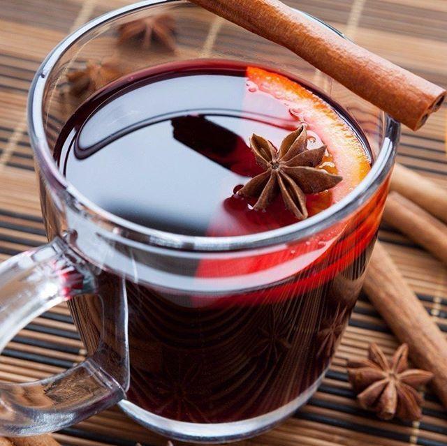 ГЛИНТВЕЙН Ингредиенты: ✔ Сахар — 200 г ✔ Яблоко — 2 шт. ✔ Апельсины — 1 шт. ✔ Корица — щепотка ✔ Орех мускатный — щепотка ✔ Гвоздика — 1 шт. ✔ Красное сухое вино — 1 л Приготовление: Смесь вина, сахара, нарезанных кубиками яблок, ломтиков апельсинов и пряностей довести до кипения, снять с огня, настаивать 10 минут. Затем процедить и разлить по бокалам. Согревайтесь, приятного глинтвейнопития! Приятного аппетита! #глинтвейн #осень #рецепты