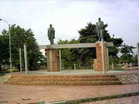 El monumento tiene dos estatuas una del Libertador Simón Bolívar, donada por don Tomás Wilches Bonilla y la otra, del general Francisco de Paula Santander, donada por la gobernación del Norte de Santander.
