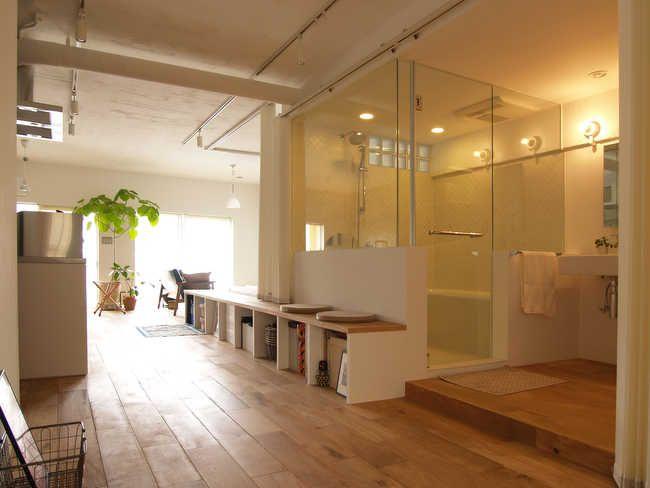 〈リノベーション・スタイル〉<45>玄関入ると、ガラス張りのバスルーム