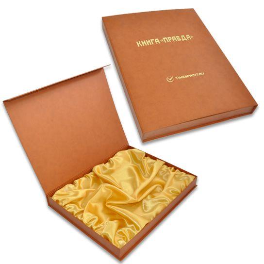 Коробка с откидной крышкой с шелковым ложементом