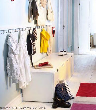 Copilul tău știe mereu unde îi este hăinuța preferată: în cuierul din hol, unde și-a agățat-o singur.  www.IKEA.ro/KLADE