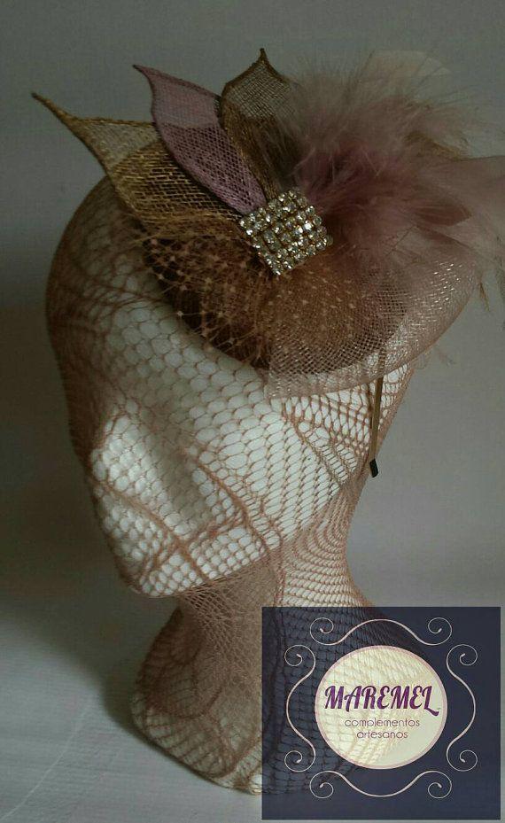Tocado ceremonia dorado y rosa  Casco de plumas invitada