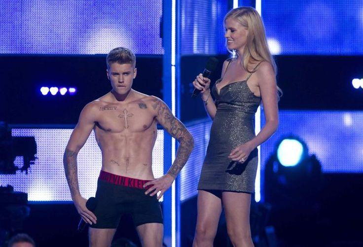 Bieber-Strip: Popstar Justin Bieber hat sich auf einem Laufsteg der New Yorker Fashion Week bis auf die Unterhose ausgezogen. Zuvor war der Sänger bei seinem Überraschungsbesuch ausgebuht worden. Daraufhin habe er Blazer, Jeans, Shirt und Schuhe ausgezogen - bis er nur noch in schwarzer Unterhose dastand. Mehr Bilder des Tages auf: http://www.nachrichten.at/nachrichten/bilder_des_tages/ (Bild: Reuters)