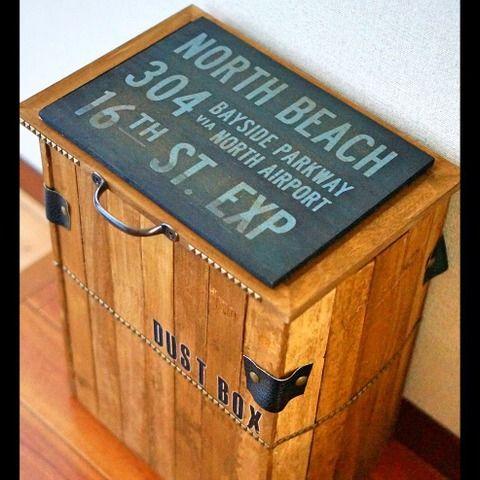 全部100均商品で作れるアイデア。100均の黒の地味なダストボックス!ゴミ袋や買い物袋を被せると生活感丸出し!そこで100均スノコをバラして繋げてゴミ箱のカバーを作る事でお悩み解決!!100均のダストボックスを収納して、生活感を隠してしまう。そんなアイデアです。 コルクボードで蓋も作って開閉式のダストボックスカバーにしてみました。ゴミを捨てる時は蓋を開けて!たまったゴミを回収する時はカバーを持ち上げて袋を取り替えて、又カバーをすれば生活感なく便利に使えるゴミ箱に生まれ変わりました。蓋があるので、中身が見える心配もありません。 以前に投稿した100均リメイクのミラーに合わせて男前なイメージに仕上げました。 https://kurashinista.jp/articles/detail/18769 ずっと欲しかったゴミ箱は6000円以上もしていたので、100均材料だけで作れて、大満足です。 私は器用ではない為、難しいDIYは出来ないので身近な物を使って作っています。同じ様なお悩みをお抱えの方にも分かりやすい様に写真たっぷりで投稿さ...