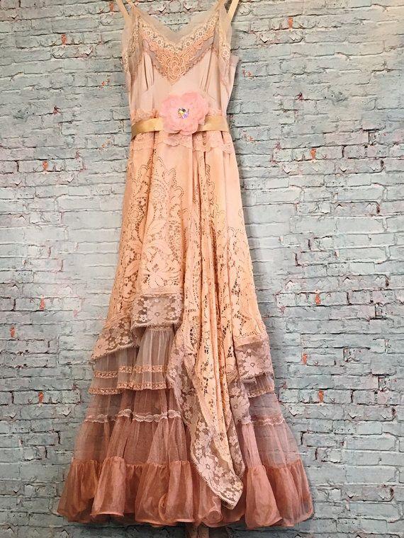 Eine von einer Art.  Die Spitze dieses Kleides wurde ein schmutziges blassrosa mit Spitze, chiffon Messereinsätze Falte, Applikation und verstellbaren Trägern gefärbt. Die oberste Schicht des Rockes ist Hand gefärbt Quäker Spitze, asymmetrisch drapiert mit Pilz gefärbt Lace trim. Die zweite Schicht hat Pilz farbige Messer plissierten chiffon Rüsche mit schmutzigen rosa Spitzeneinsätzen. Am Ende ist, dass drei Stufen von Hand gefärbt Kakao farbige Tüll und Nylon mit Lace trim. Blass rosa…