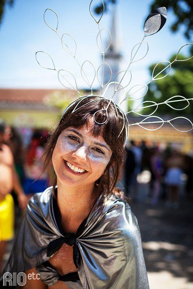 Tá sem ideia pra fantasia do Carnaval? O combo arranjo na cabeça e purpurina é infalível.