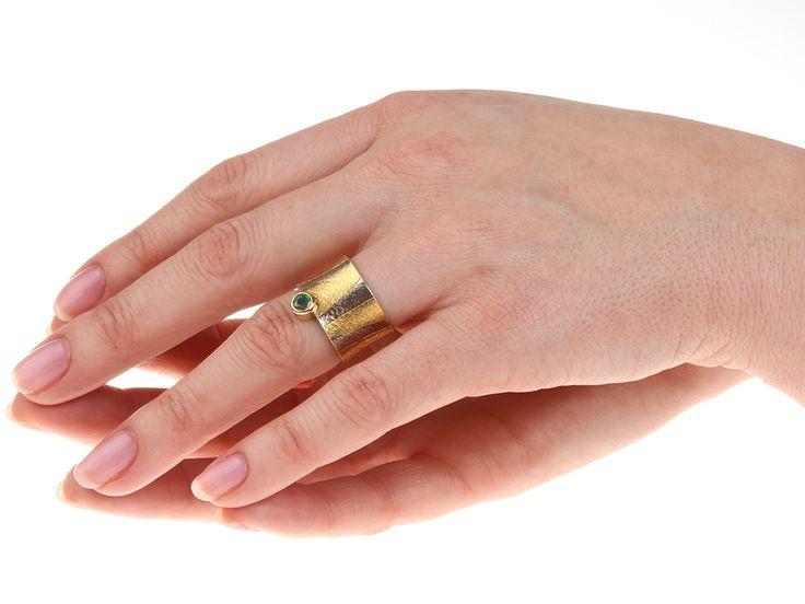 Ring Toetanchamon met een groene smaragd