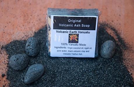 Мыло с вулканическим пеплом. Очищающее мыло, в состав которого входит вулканический пепел из Вануату, тщательно очищает кожу и может считаться эффективным природным эксфолиантом. Вулканическая (белая) глина, также содержащаяся в мыле, является отличным средством в борьбе против акне, обладает противовоспалительным и отбеливающим эффектом. При регулярном применении мыла стабилизируется жировой и водный баланс кожи, поры сужаются, повышается эластичность и упругость кожи. $1.99