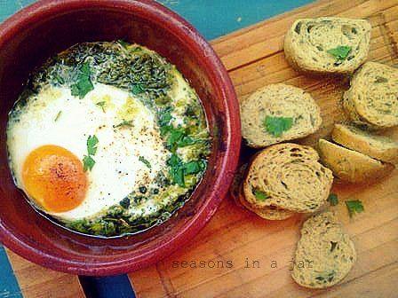 Seasons in a jar: Αυγά σε πήλινο με πέστο βασιλικού