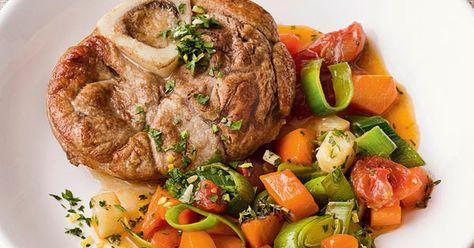Die Kalbshaxen werden im ganz einfach im Ofen zubereitet und mit einer zitronig-frischen Gremolata und saftigem Schmorgemüse serviert.