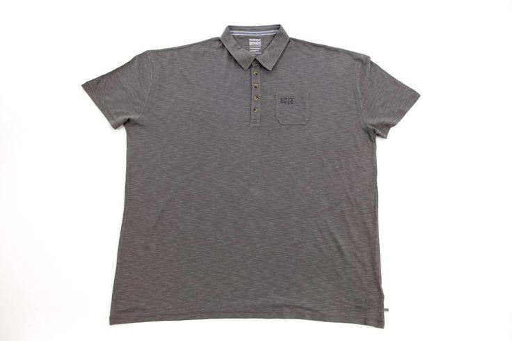 Polo Calamar w kolorze  khaki w delikatne prążki. Mała kieszonka z przodu. Rozmiary od 3XL do 8XL. Skład: 60% bawełna 40%wiskoza.