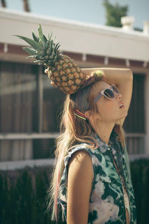 Tomando fruta y sol al mismo tiempo. Vida sana.