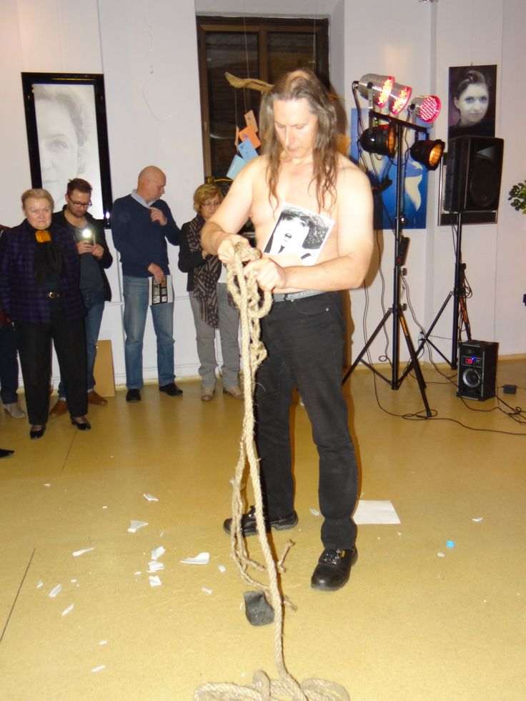Performance Wojtka Kowalczyka. 13 listopada w Kartonovni – Centrum Sztuki odbył się Finisaż wystawy MUZA. Głównym punktem wydarzenia było ogłoszenie Finalistów Konkursu Publiczności na najciekawszą pracę oraz wręczenie Grand Prix. http://artimperium.pl/wiadomosci/pokaz/430,zwyciezcy-muzy-painta-maciejowska-strojwas-i-maciaszek#.VGaR9fmG-Sq