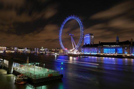 'The London eye (Millenium Wheel) in London by night' von stephiii bei artflakes.com als Poster oder Kunstdruck $15.68