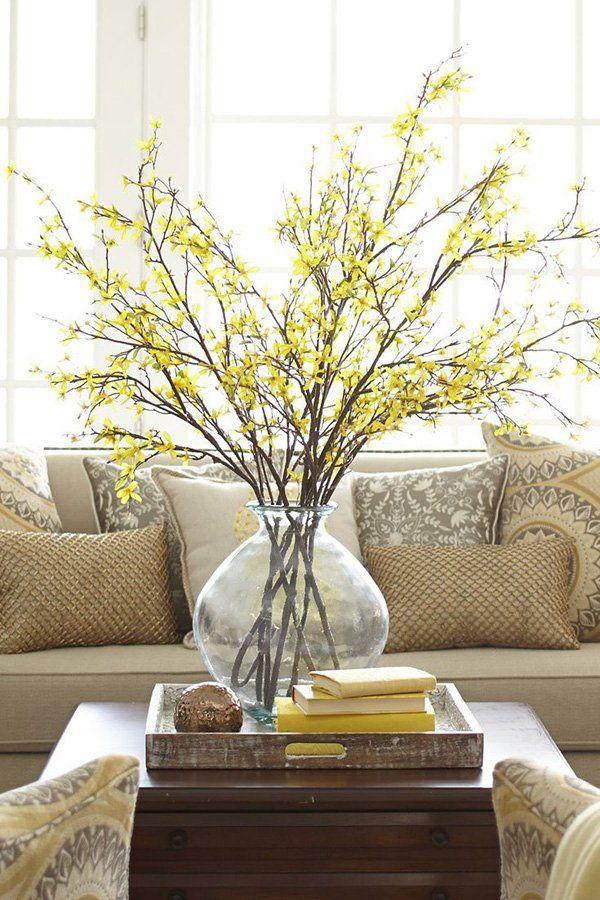 Golpear ligeramente en su campo con esta combinación de color amarillo y beige habitación. Iluminar el cuarto con un manojo de flores amarillas de tallo largo y centros de mesa de madera que simplemente trabajan bien juntos. La disposición central también se complementa con los sofás y cojines de cobre de color beige.