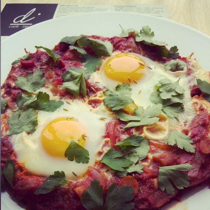 Szakszuka, czyli niezły bałagan na talerzu. Cokolwiek w lodówce, wrzuć na patelnię, nie zapominając o jajkach na wierzchu. Eggs on top :) #difood, #dicafedeli