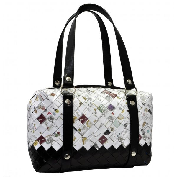 Trunk bag from the Brucle EcoChic Line made with candy wrappers, to carry by hand or over the shoulder thanks to the removable shoulder strap included. Made from recycled materials, it is a bag for those who want to stand out and own a particular and original piece.
