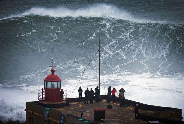 Olas gigantes en el Atlántico, fiesta para el surf en el Cantábrico. Las previsiones se han cumplido y una semana mágica se ha iniciado en las costas de la Península. Uno de los indicadores de la fiesta ha sido la llegada este lunes a Mundaka del 'tow in', arrastre de surfistas por parte de motos acuáticas para tomar ol